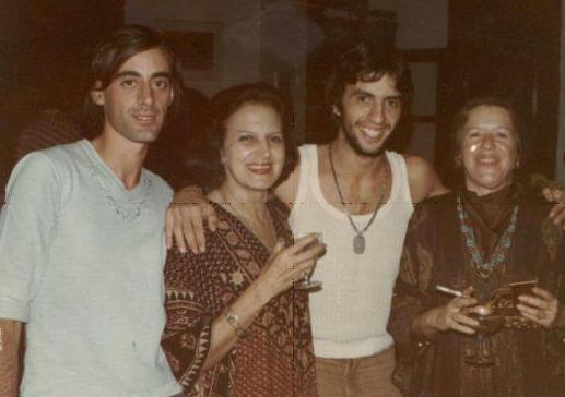 Caio Fernando Abreu na companhia de amigos, dentre eles, Lygia Fagundes Telles e Hilda Hilst.
