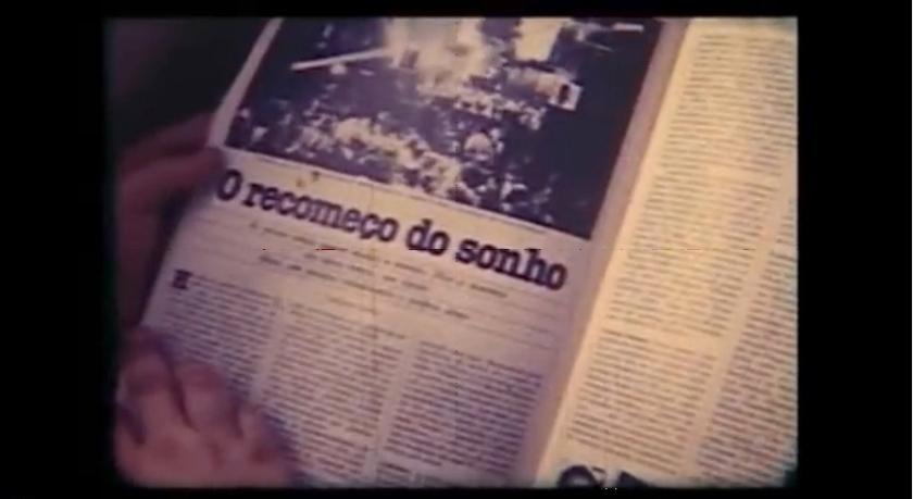 """Cena do Filme """"Deu pra ti, anos 70"""" (1981), de Giba de Assis Brasil e Nelson Nadotti. No longa aparece o artigo de Nirlando Beirão que também inspiraria a escrita de """"Morangos Mofados""""."""