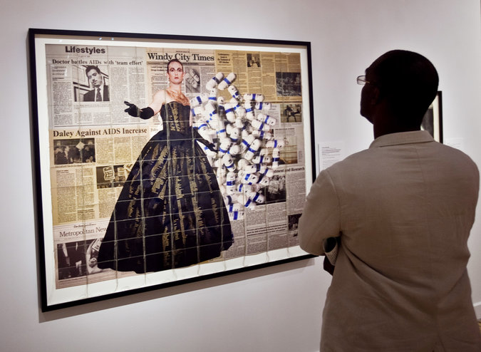 "A exposição ""Art America SIDA"", no Museu de Bronx das Artes, inclui este 2,015 trabalho de Hunter Reynolds, intitulado ""Survival AIDS Series 2 Act Up Chicago Com Vestido Memorial Fotografado por Maxine Henryson."" Fotografias de crédito por Byron Smith para The New york Times"
