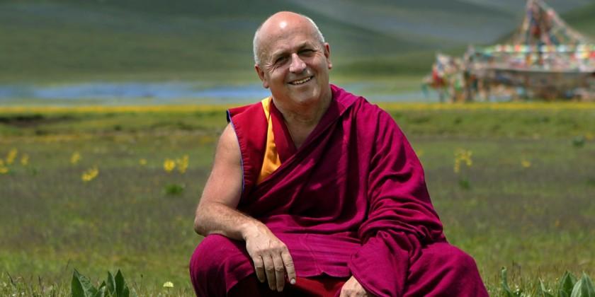 LÕauteur (M. Ricard). Prairie ˆ 4000 mtres dÕaltitude dans lÕest du Tibet, le Kham, au mois dÕAožt, lÕun des quatre mois de lÕannŽe o la tempŽrature est clŽmente. Dans le lointain se dressent des drapeaux ˆ prires. 2004